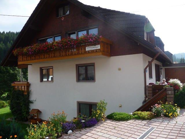 Haus Pfaff (Vöhrenbach), Ferienwohnung Nr. 2 , 3 Schlafräume für 6 Personen, 1 komplett eingerichtete Wohnküche mit Spülmaschine