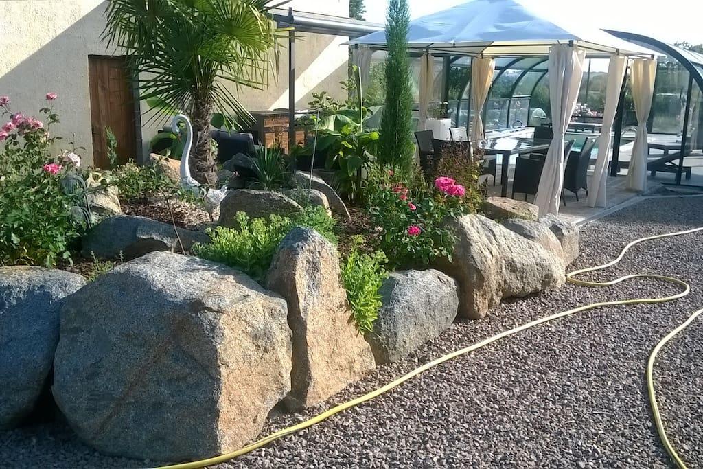 pareterre et terrasse devant la piscine à l'interirur de notre propriété