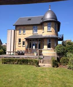Charmante Belle-époque villa , 200 m van strand