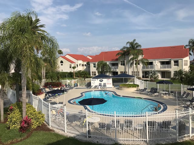 Best Location 2BR Poolside End Unit - Isla del Sol