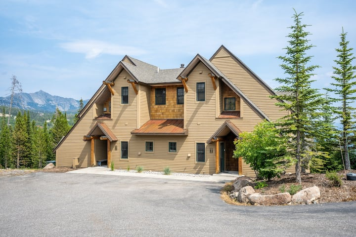 Ski-in/ski-out townhouse w/ a private hot tub, free WiFi, and gas fireplace