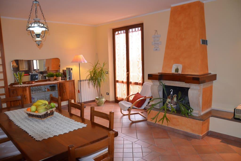 ampio soggiorno con caminetto