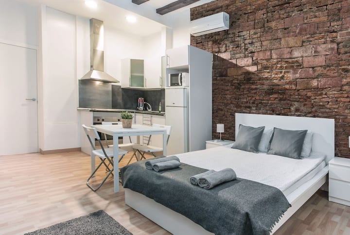 Room for 4 people near Rambla center Barcelona