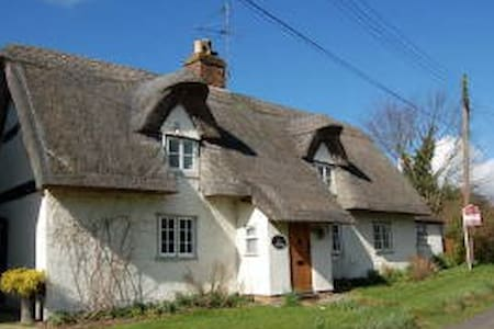 Quintessential Thatched Cottage - Casa