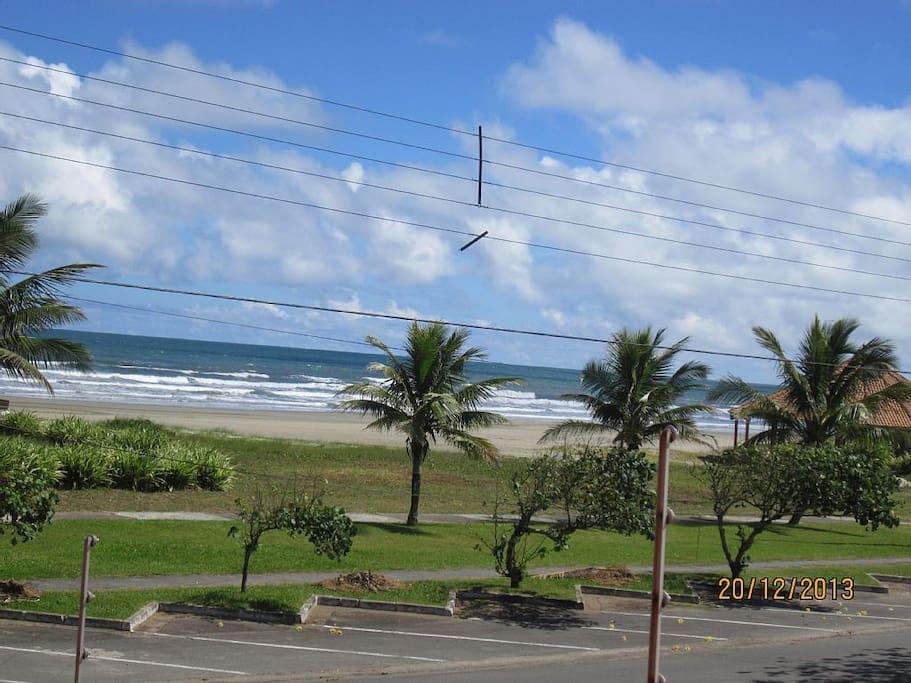Ciclovia e praia em frente à casa