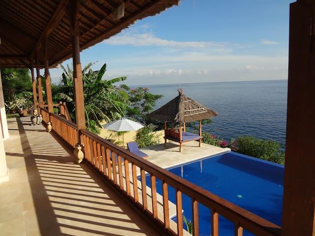 Celagi, spacious villa, sea front - Abang - Villa