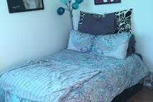 Very comfortable full-size memory foam mattress plus memory foam pillows