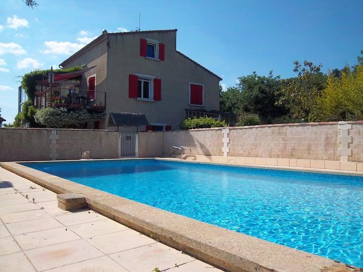 Bas de villa,T3 entier,terrasse,véranda et piscine