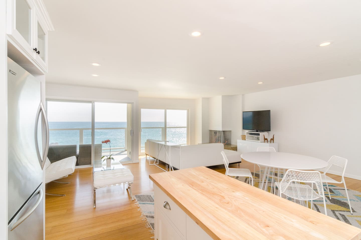 Clean, modern luxurious unit with unobstructed oceanfront views