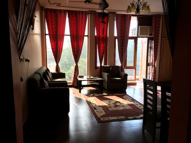 Spacious, sun-lit apt near metro st - New Delhi - Appartement