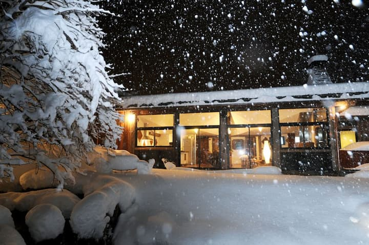 Atypical Chalet, ski-in ski-out, hot-tub,