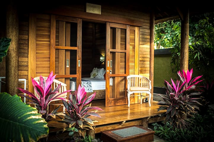 Private, lush tropical gardens, peaceful. - Nusapenida