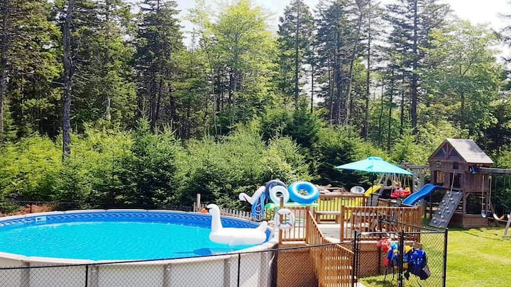 Oasis Retreat~Heated Pool~Full Kitchen~ 3Beds~Pets