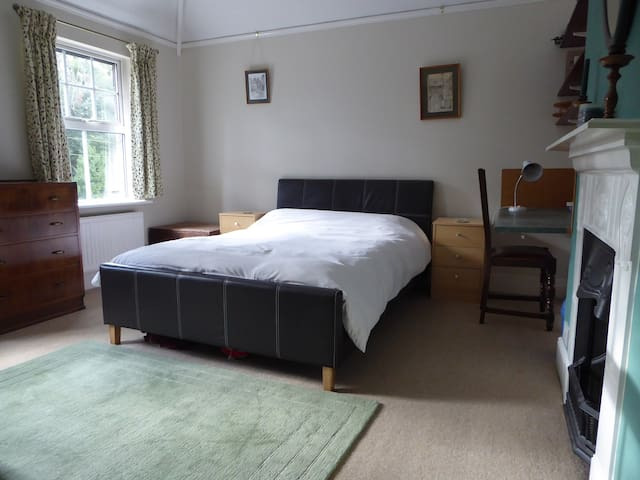 Large double room in pet free, no smoking home - Aston Clinton - Huis