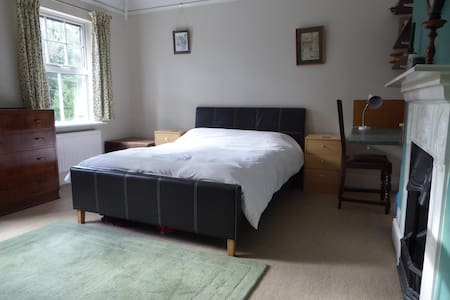 Large double room in pet free, no smoking home - Aston Clinton - Casa
