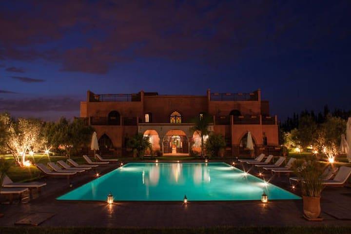 """LE DIAMANT DE ZARABA"", Palais d'hôtes de luxe - Marrakech-Tensift-El Haouz - Bed & Breakfast"