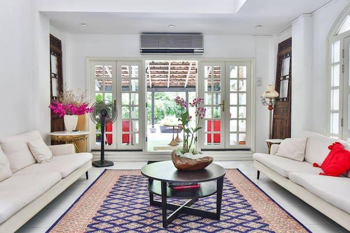 Private room in stunning bungalow - Singapura - Rumah