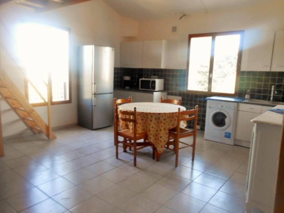 Espace cuisine équipée et salle à manger, grand frigo avec congélateur