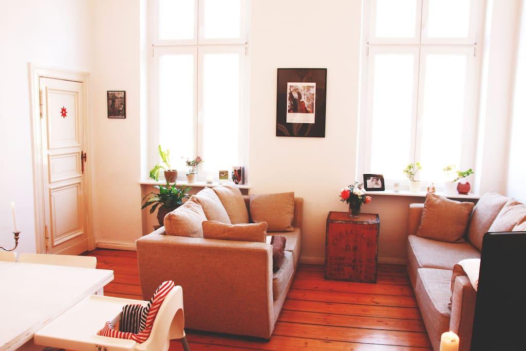 Helles Wohnzimmer mit großem Esstisch und Sofas / living room
