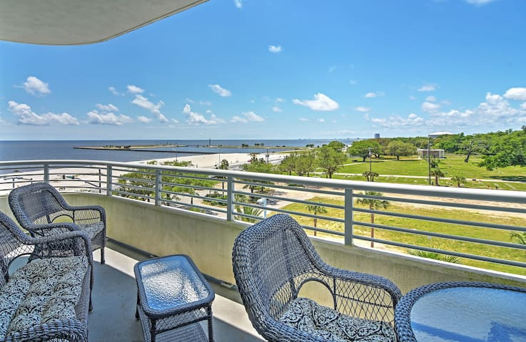 Beachside Biloxi Club Condo, Balcony w/Ocean View!