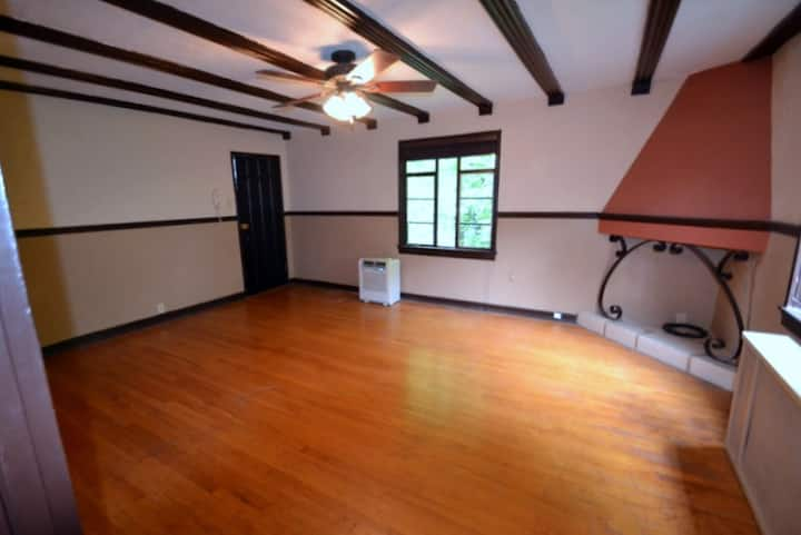 Panoramic one bedroom apartment in historic bldg.
