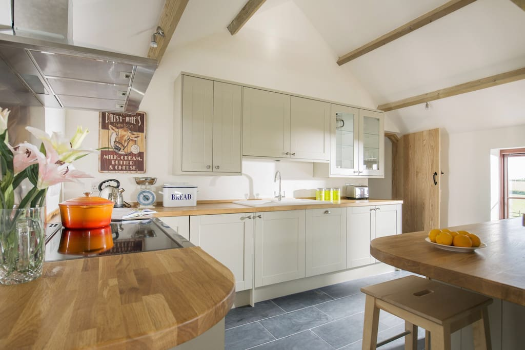 Everything you need to cook up a storm, breakfast bar makes a great spot to enjoy your morning coffee whilst gazing out towards the sea.