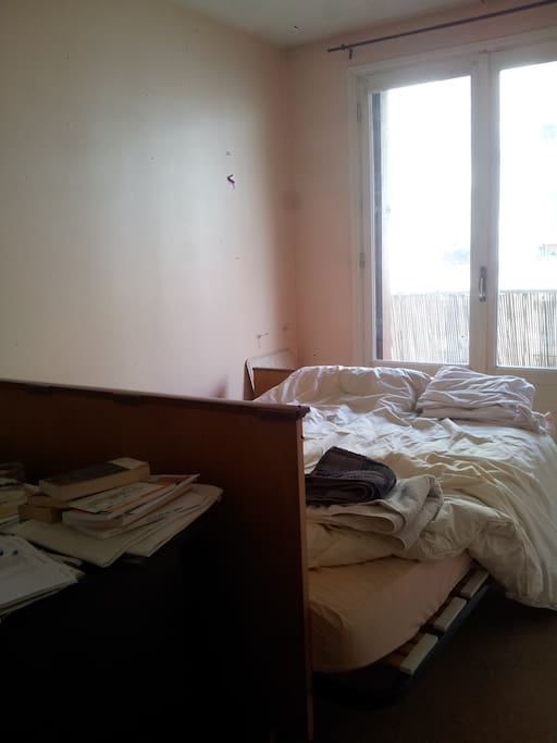 chambre à louer, lit deux places, balcon avec vue sur ruelle calme