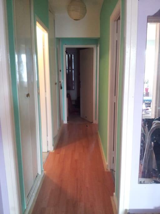 couloir, à gauche sdb, à droite toilettes, chambres au fond