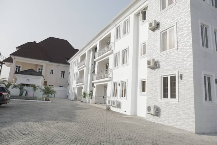 LUXURIOUS 3 BEDROOMS APARTMENT FOR SHORT LET