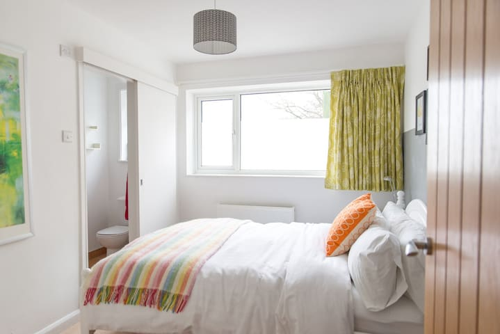 Modern cosy en-suite double room close to Goodwood - Chidham - Hus