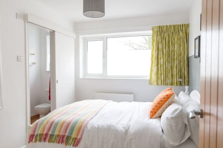 Modern cosy en-suite double room close to Goodwood - Chidham - บ้าน