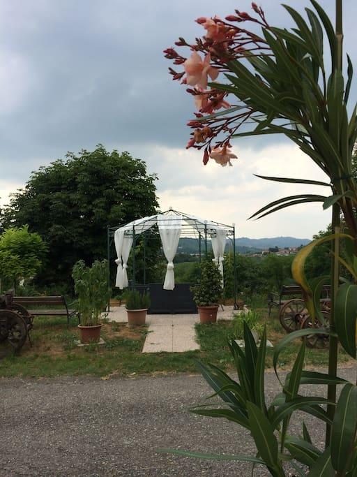 giardino privato con gazebo
