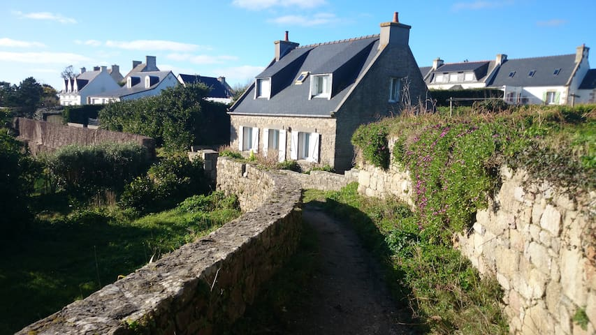Cute Cottage Overlooking Sea Shore - Île-de-Batz