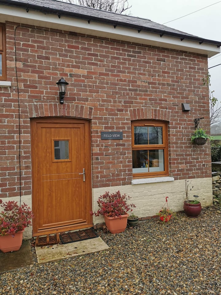 Field View - cosy cottage for couples with hot tub