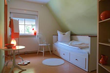 Öko Haus Namaste - Familienzimmer - Oberasbach - Talo