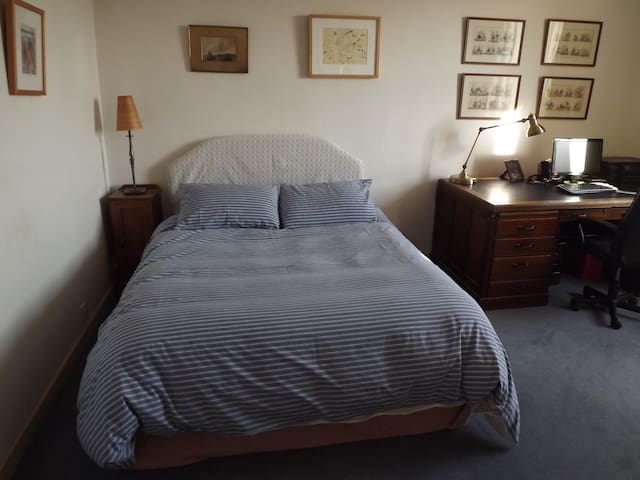 Farmhouse Room Nr Cardiff Airport  - Moulton