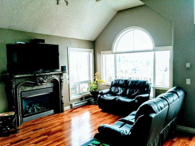Penthouse with AMAZING views & private hot tub - Calgary