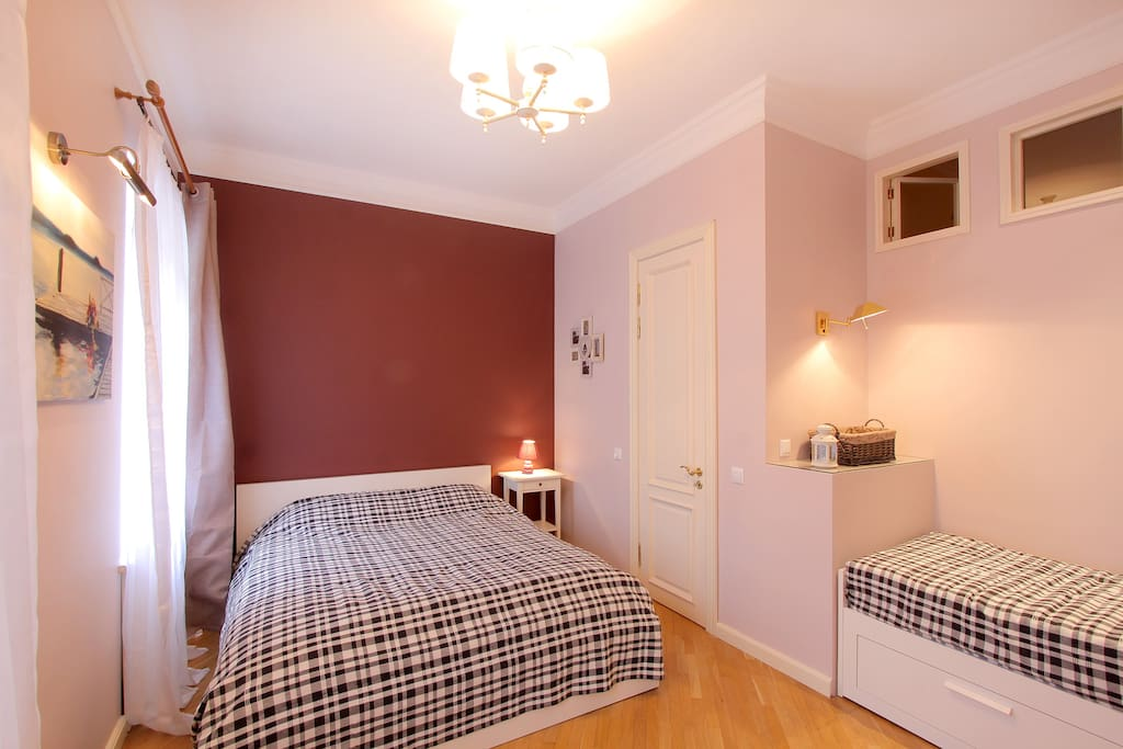 You may have a very good sleep in this large bedroom by yourself, with your friend or kids, occupying separate bed.