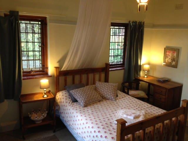 En suite room in original Jo'burg farmhouse & view