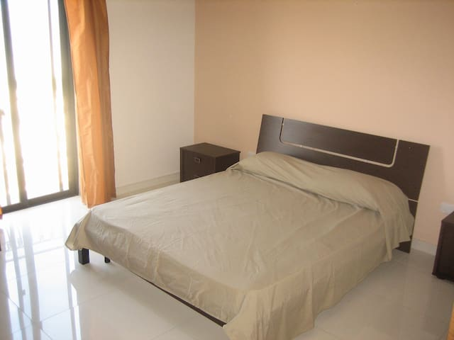 Private bedroom with ensuite. - L-Imġarr - Departamento