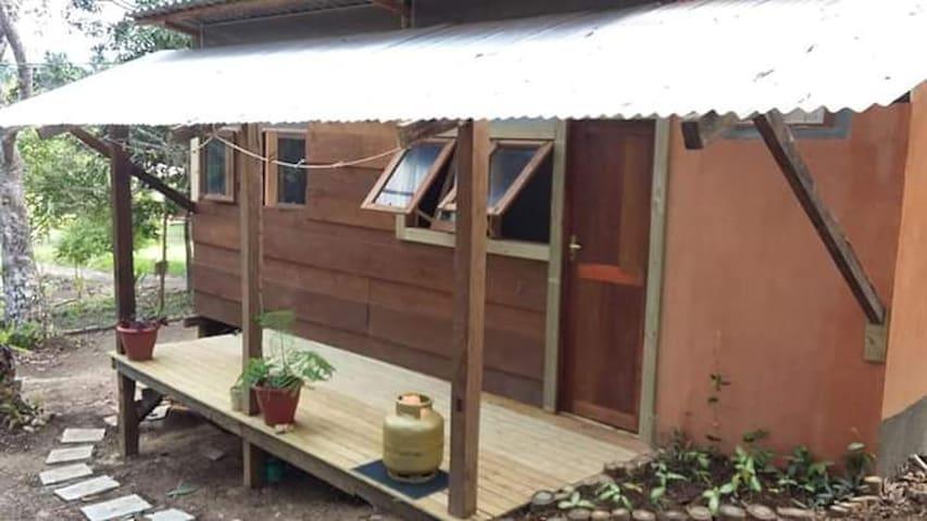 Cabana de madeira na fazenda Aritaguá. 1 km do mar