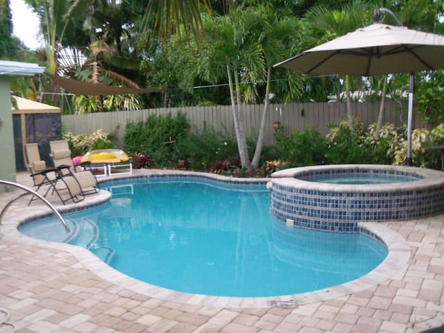 Private Bedroom, close to Wilton Manors. - Oakland Park