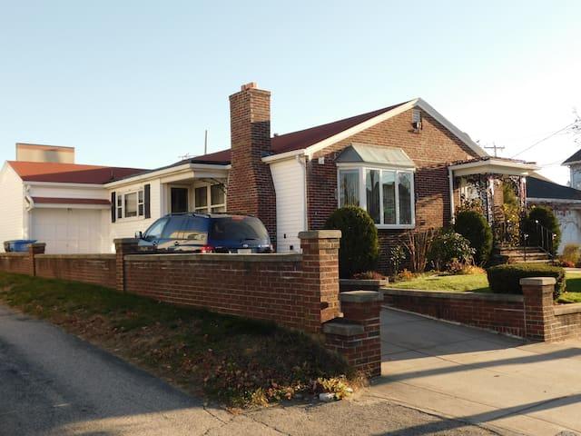 Comfy 1950'S Decor Basement Stay ! - Cranston - House