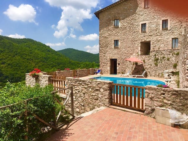 Macerino Castle:Pool Side/sleeps 2/Spoleto-17 kms - Fogliano - Kasteel