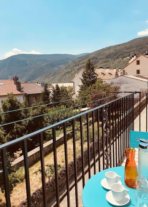 Desayuno desde el balcón (segunda planta) / petit déjeuner sur le balcon (deuxième étage)/ breakfast from the balcony (second floor)