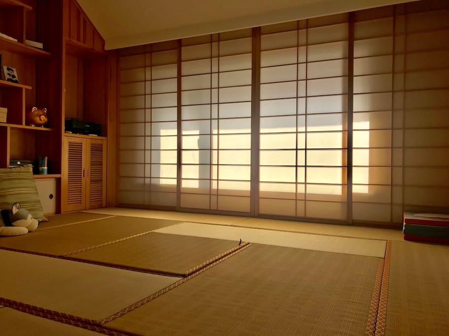榻榻米的房间,铺上垫子就是卧室,电动升降桌开启便是茶室、书房、娱乐休闲室,多功能的设计