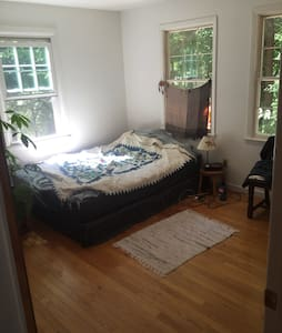 Beautiful private room with largeTV - Chatham - Hus