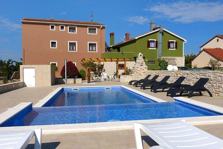 Two bedroom apartment with terrace Valbandon, Fažana (A-2201-c)