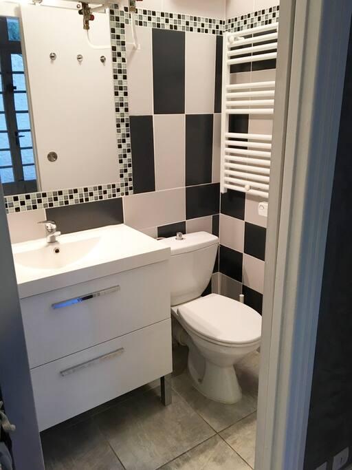 Salle de bain équipée d'une douche thermostatique, d'un sèche serviette électrique,...