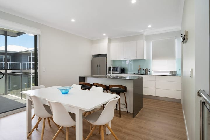 Contemporary Beach House - Walk to Everything in Huskisson